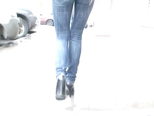 Babe Jiggles Her Butt Before A Candid Street Cam