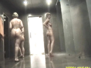 Amateurs Walking Nude In Front Of Spy Cam In Shower