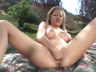 Kinky Solo Babe Sophia Loves To Open Her Pussy As Wide As She Can